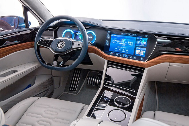 Присутствуют элементы кожи и дерева в интерьере автомобиля